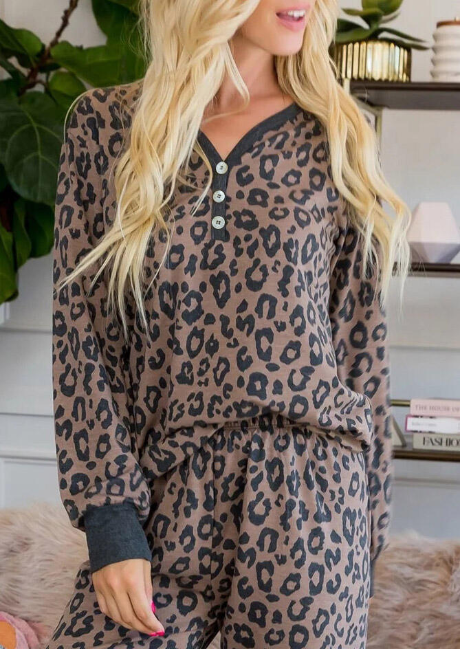 Leopard Printed Long Sleeves Button Pajamas Set in Leopard. Size: S фото
