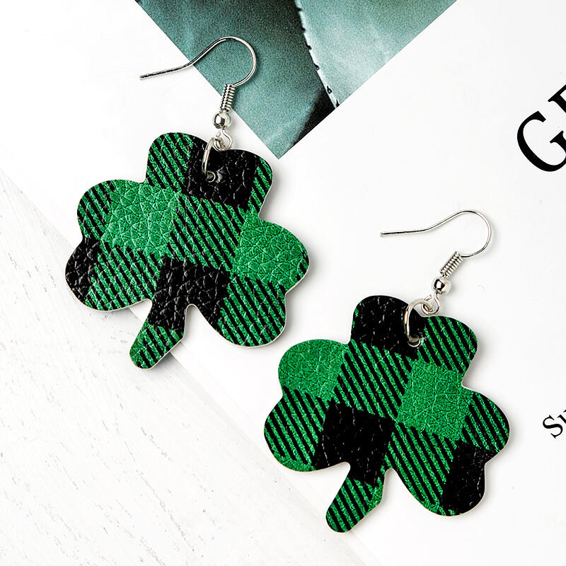 Earrings St. Patrick's Day Plaid Printed Lucky Shamrock Earrings in Green. Size: One Size фото